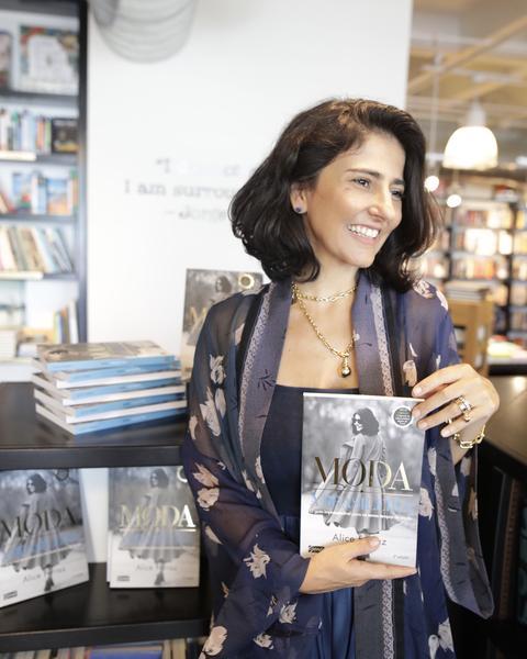 Linda, estilosa e competente, Alice Ferraz vem relançar seu livro na Bazaar Fashion