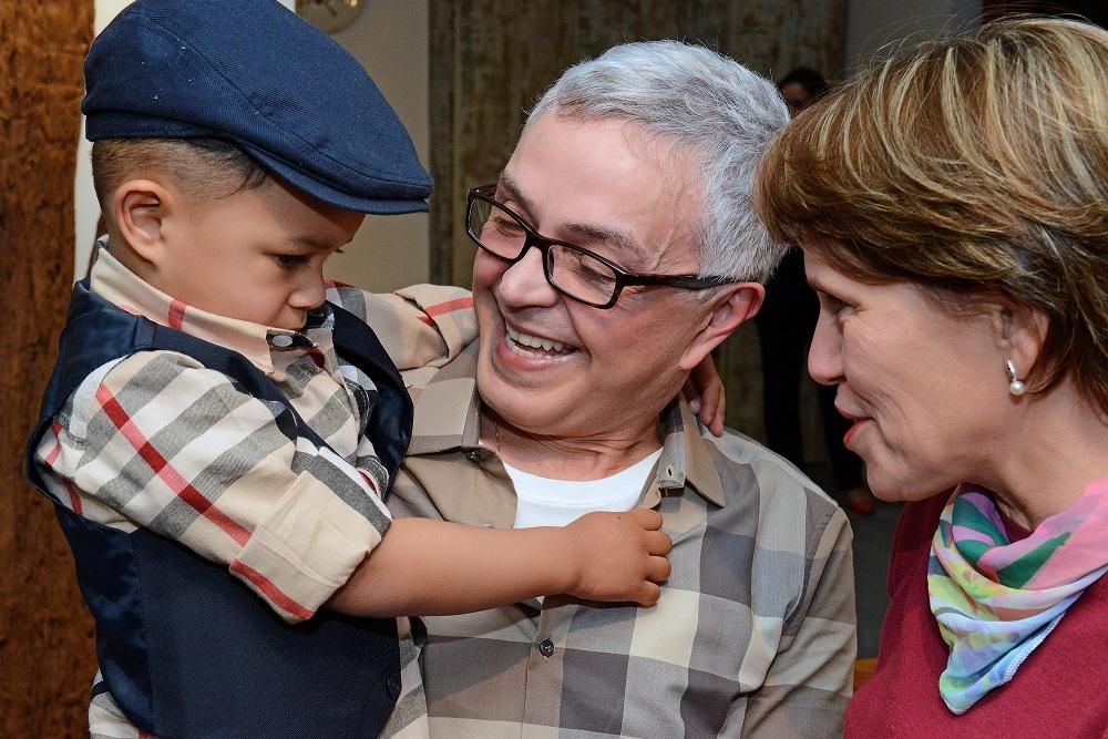 Casal homoafetivo ganha coleção de pratos em homenagem ao Dia dos Pais