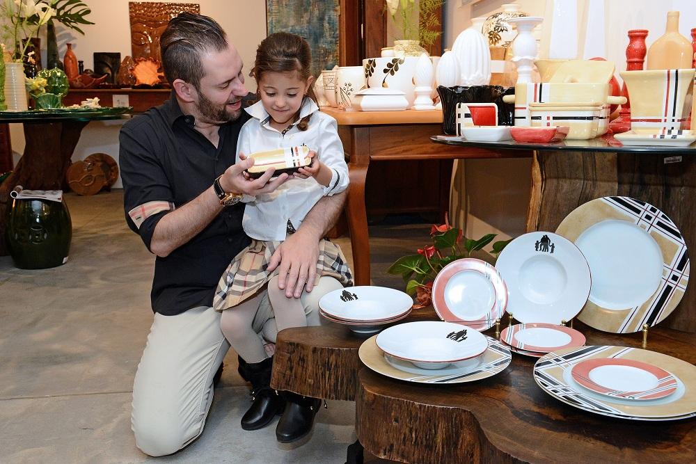 Casal homoafetivo ganha coleção de pratos de faiança pelo Dia dos Pais
