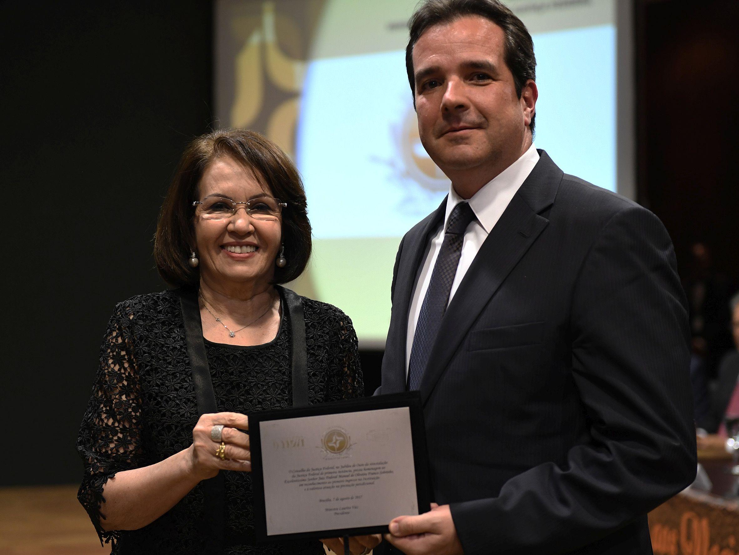 Paranaense entre os primeiros 71 juízes federais recebe homenagem em Brasília