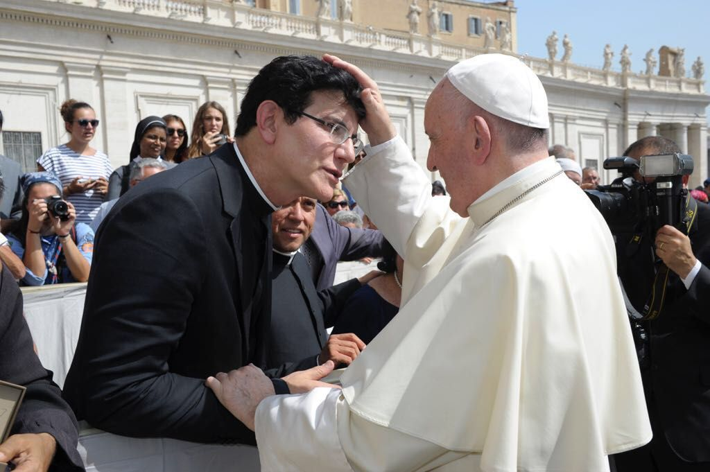 Papa Francisco grava vídeo em encontro com o padre Reginaldo Manzotti no Vaticano