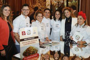 Livro Segredos dos Chefs, da Abrasel-PR, é lançado durante posse da nova diretoria