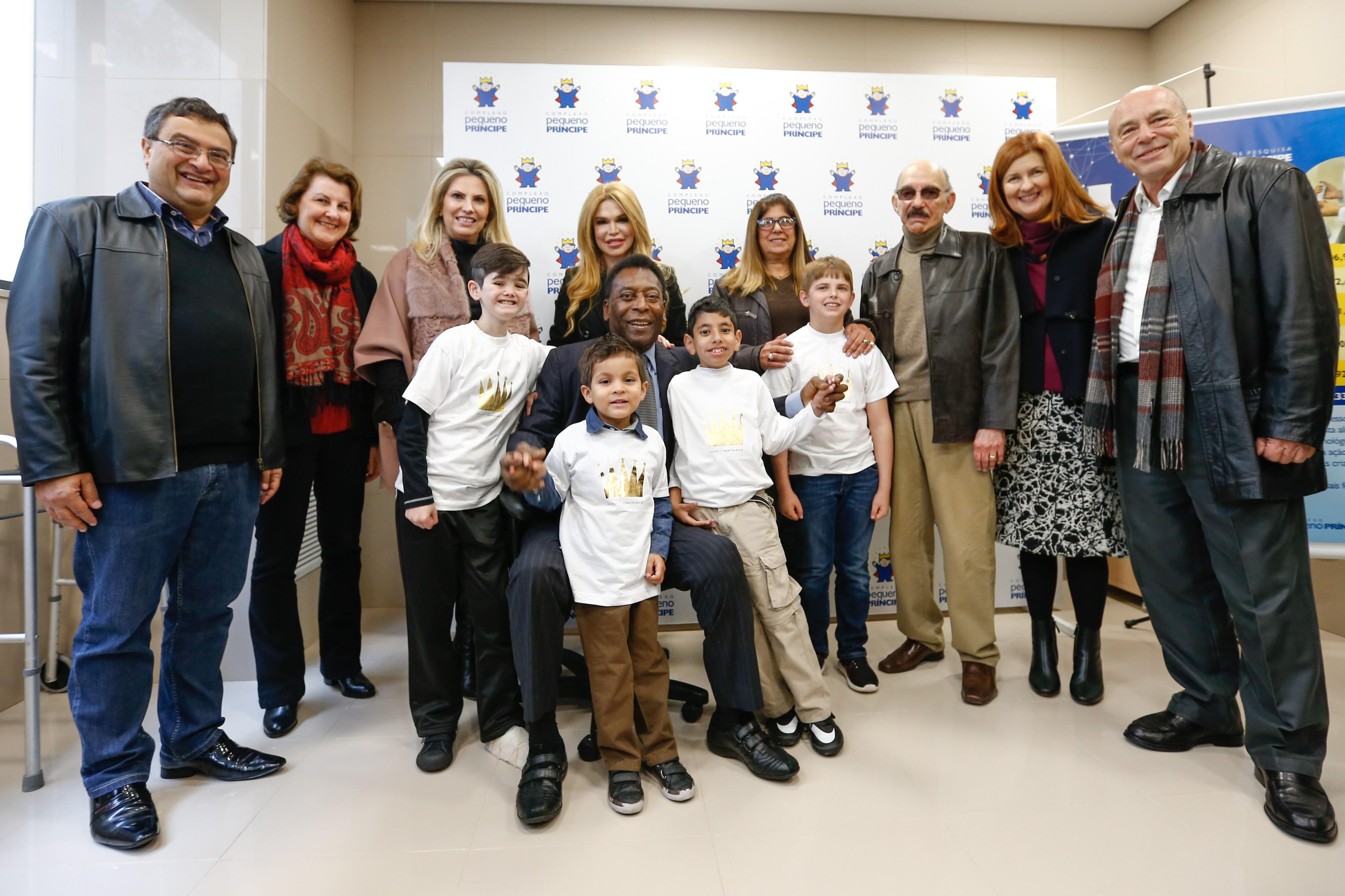 Pelé faz a festa de médicos e pacientes durante visita à nova unidade do Pequeno Príncipe