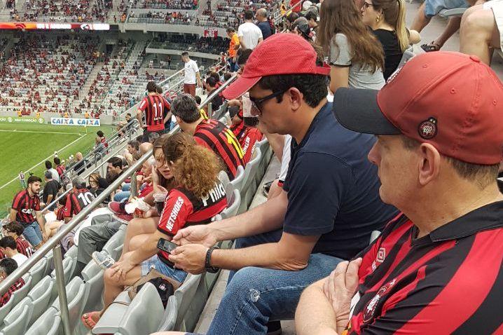 Moro relaxa na Arena da Baixada na vitória do Atlético