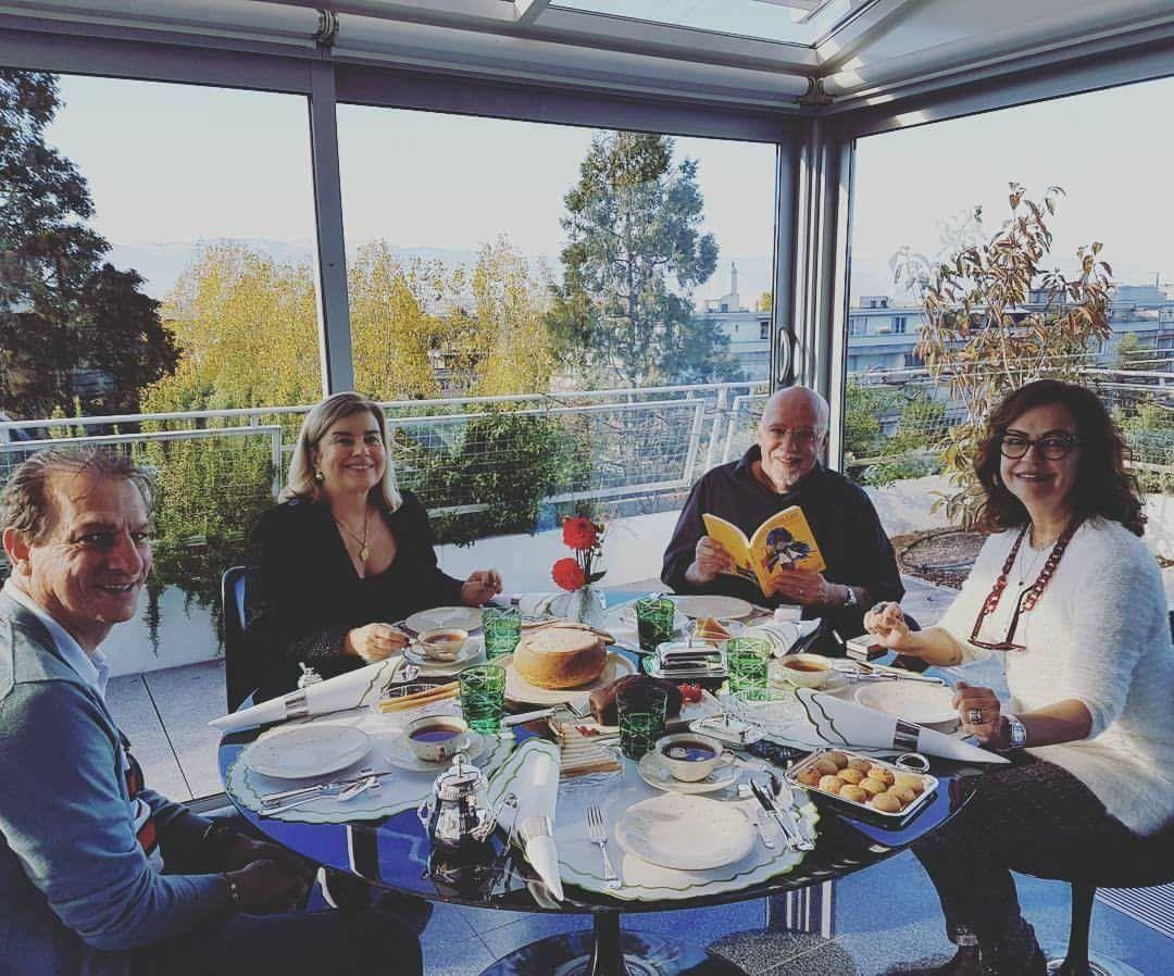 Paulo Coelho recebe mãe de Kéfera Buchmann em sua casa na Suíça