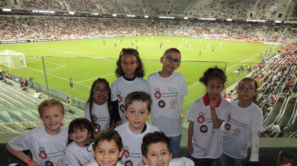 Atlético fez bonito ao entrar em campo com crianças que venceram o câncer