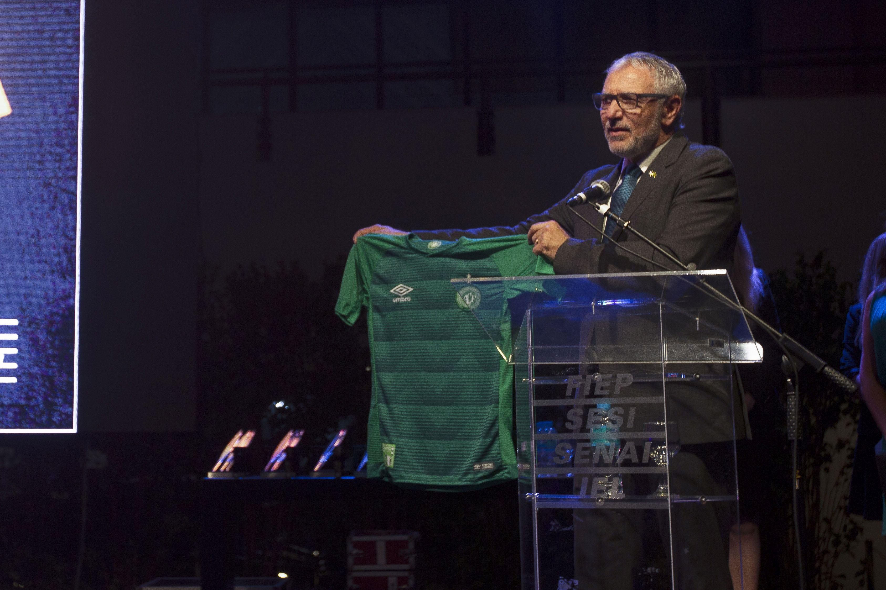 Presidente da Fiep homenageia time da Chapecoense