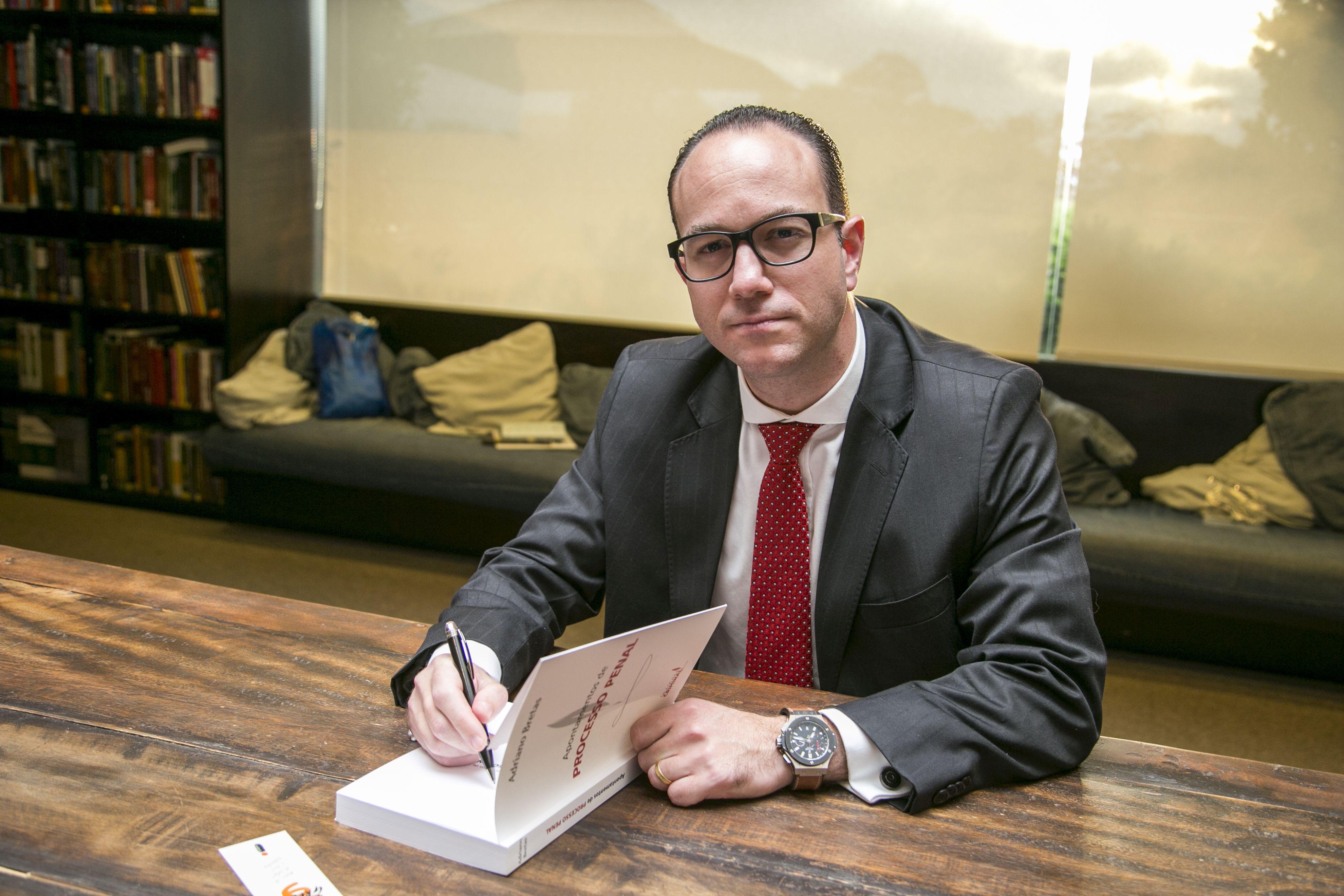 Adriano Bretas lança livro sobre apontamentos do Processo Penal