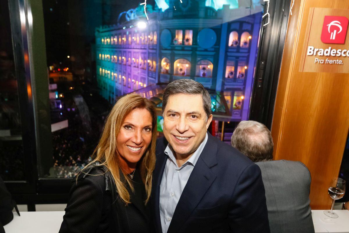 Presidente do Bradesco e namorada recebem convidados no camarote de Natal do Palácio Avenida
