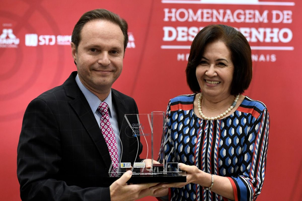 Ministro curitibano do STJ é homenageado em Brasília