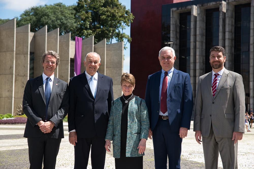 PUCPR e universidade americana formalizam parceria para graduação nos dois países