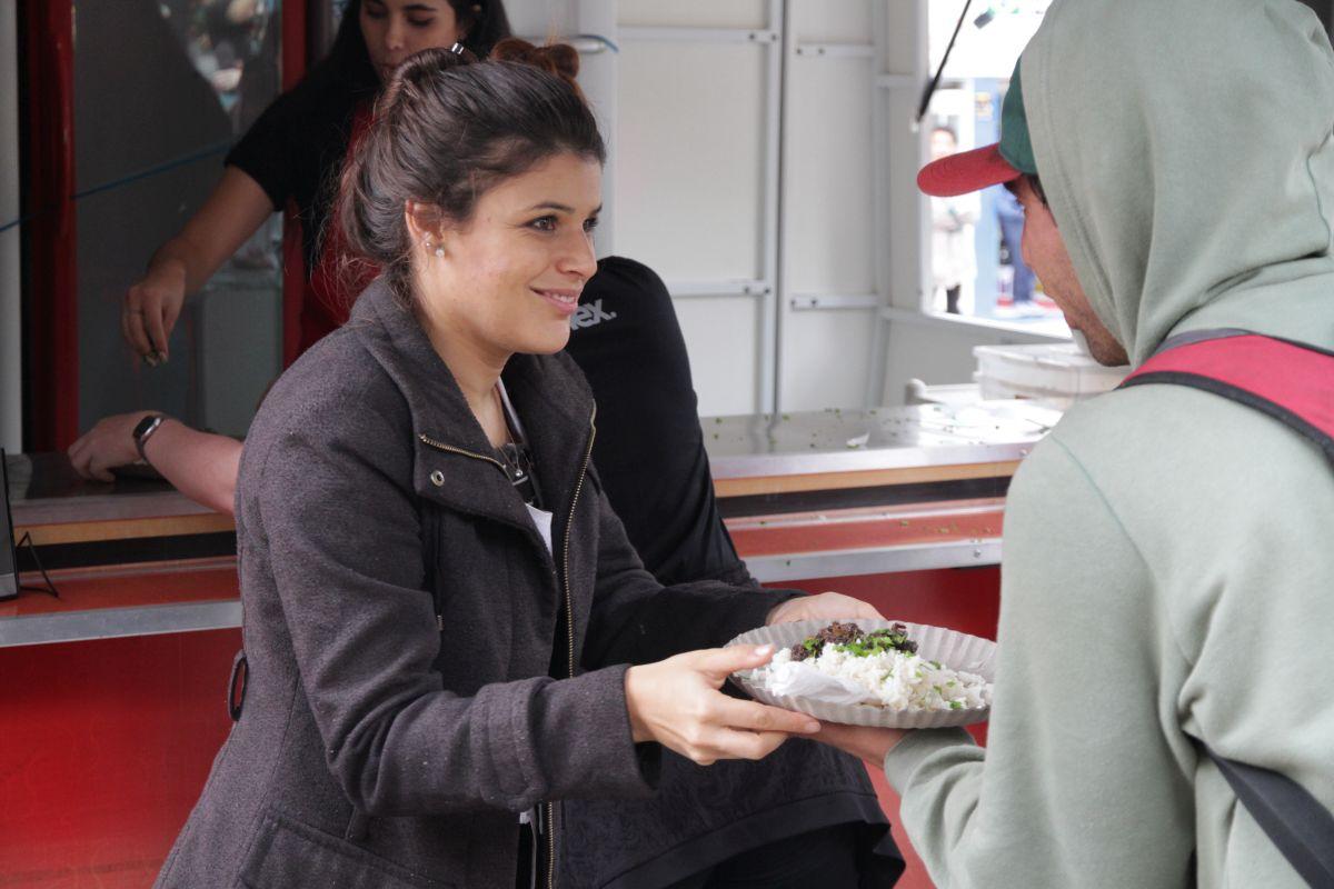 ONG distribui refeições a moradores de rua de Curitiba preparadas em cozinha experimental de shopping de luxo