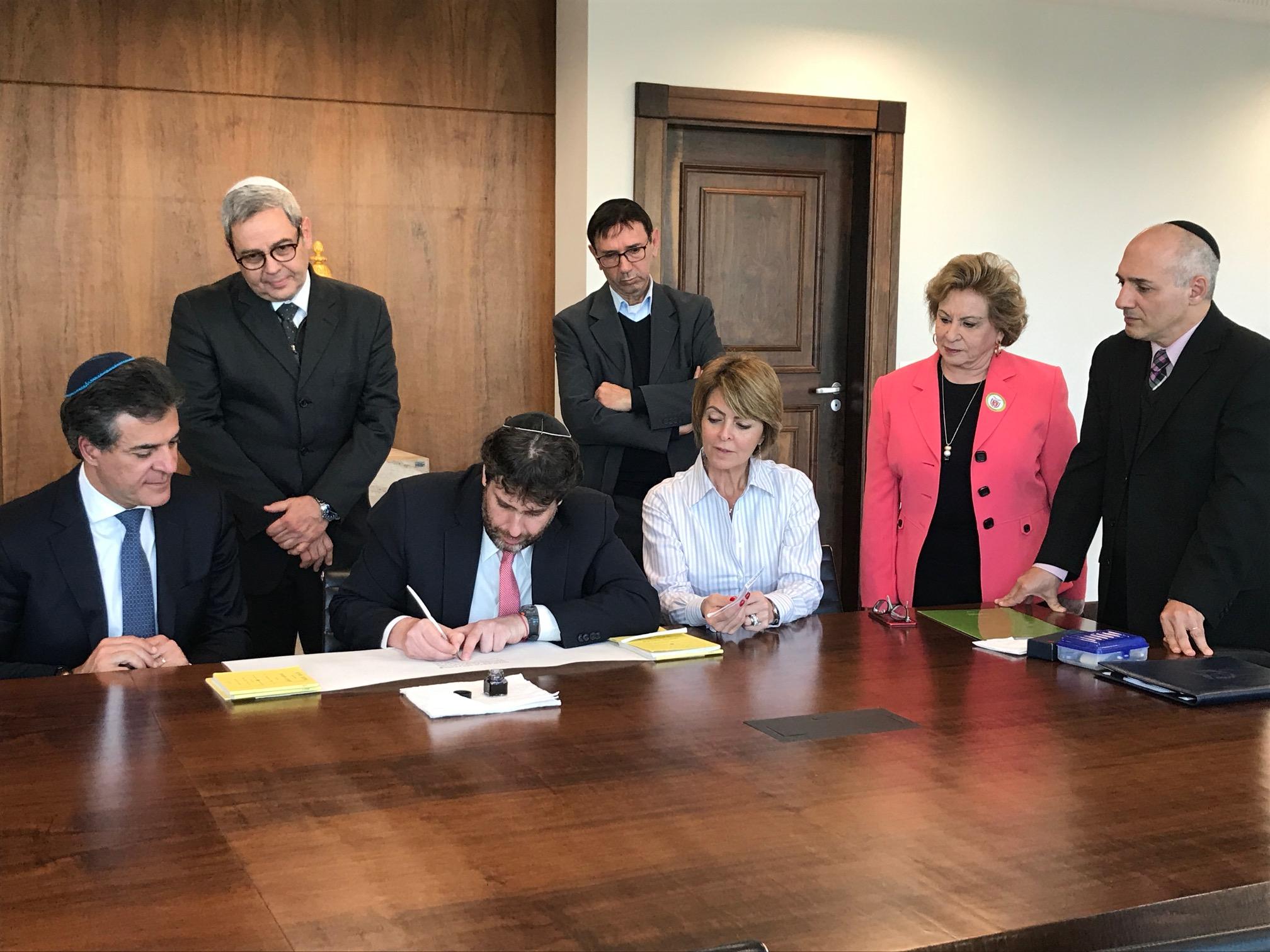 Comunidade judaica apresenta projeto Sefer Torá a Beto Richa e Rafael Greca