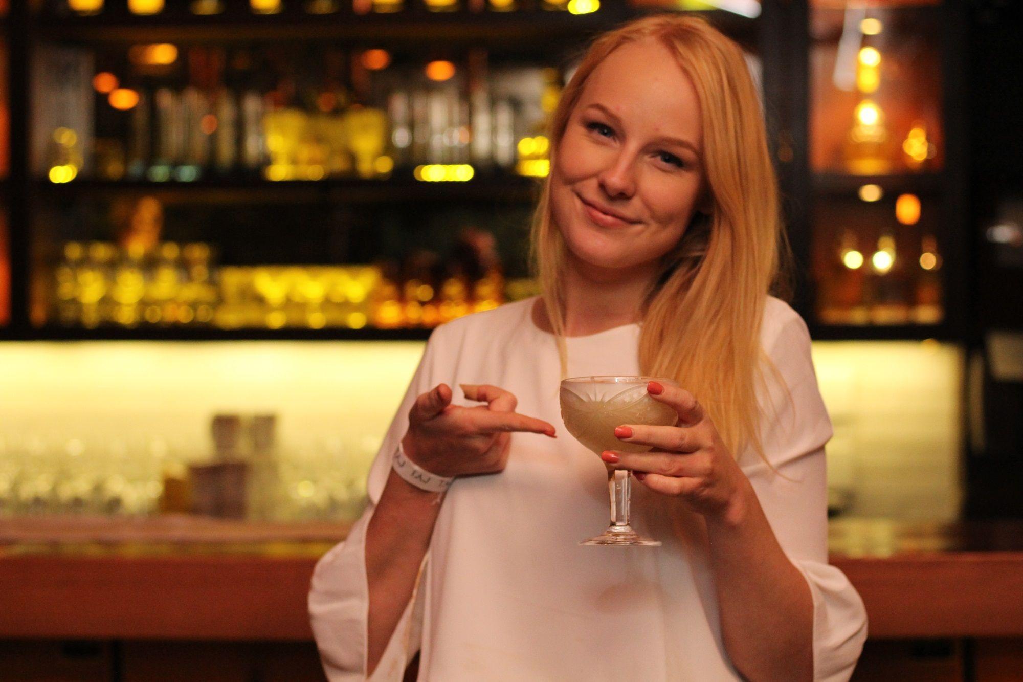 Youtuber holandesa Nienke Helthuis conhece a noite curitibana