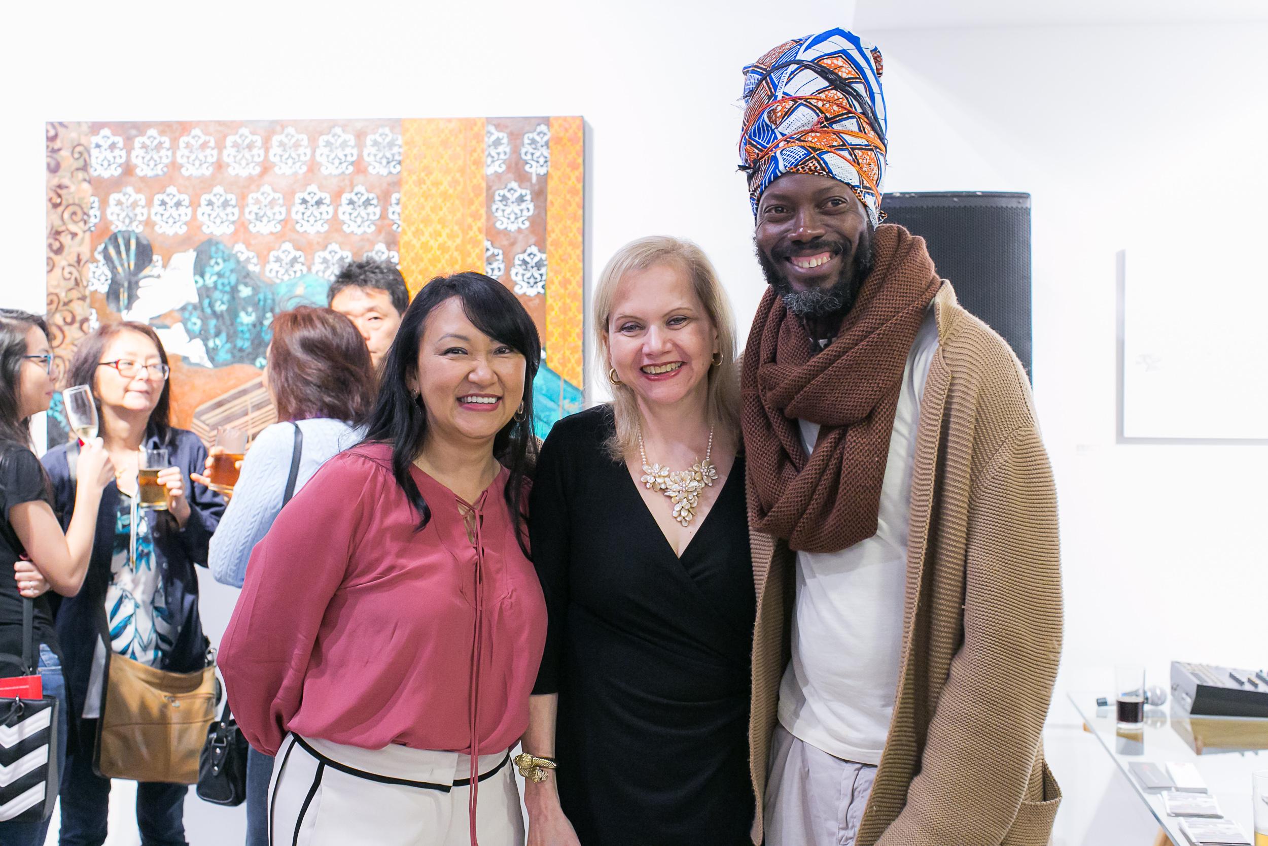Zuleika Bisacchi com os artistas Sandra Hiromoto e Joachim Silué, da Costa do Marfim, atualmente radicado na Itália. Foto: Marcelo Elias.