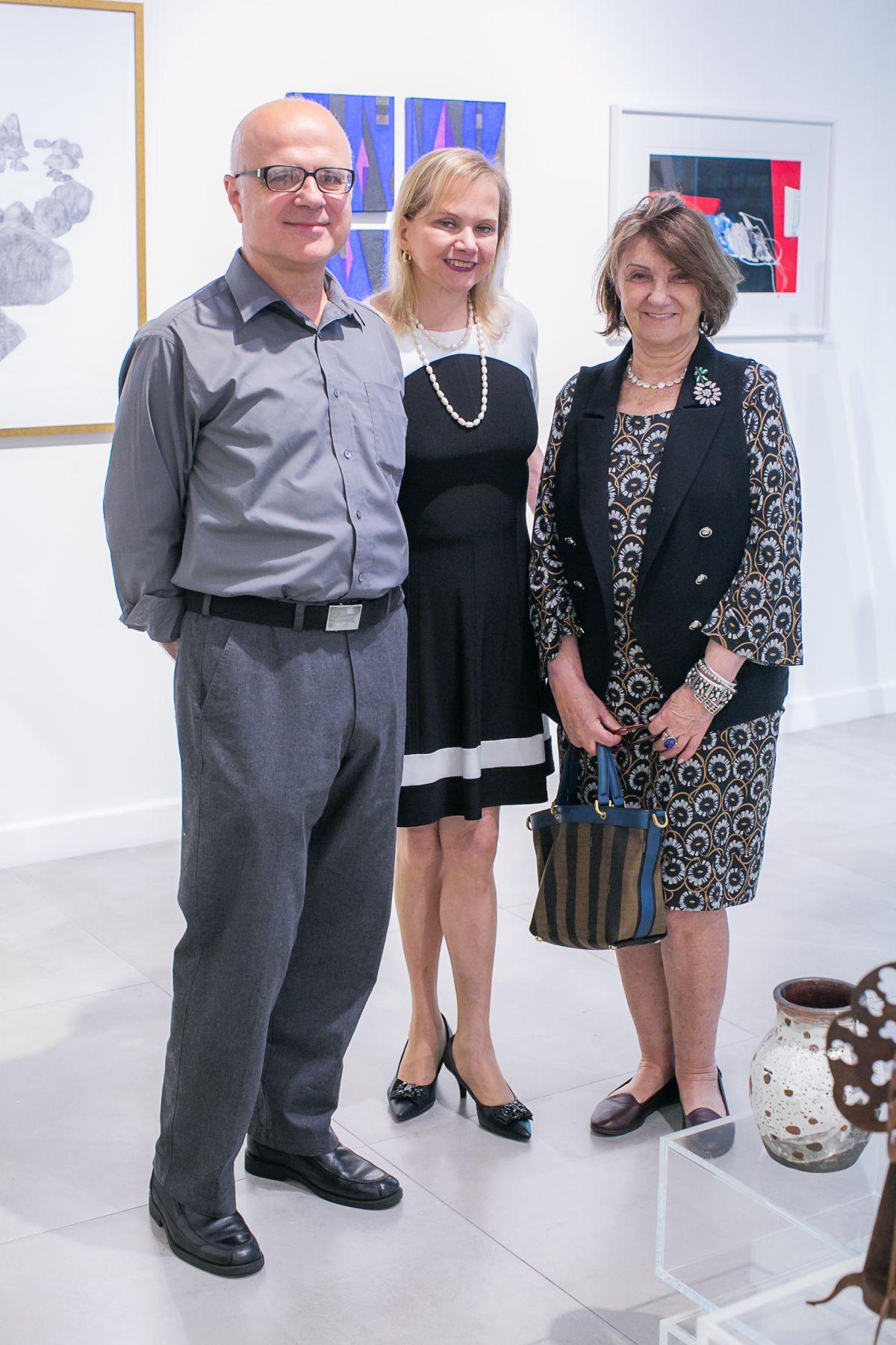 Zuleika Bisacchi (ao centro) com os artistas plásticos Guita Soifer e Paulo Dias, que participam da Expo Mix 2.  Fotos: Marcelo Elias.