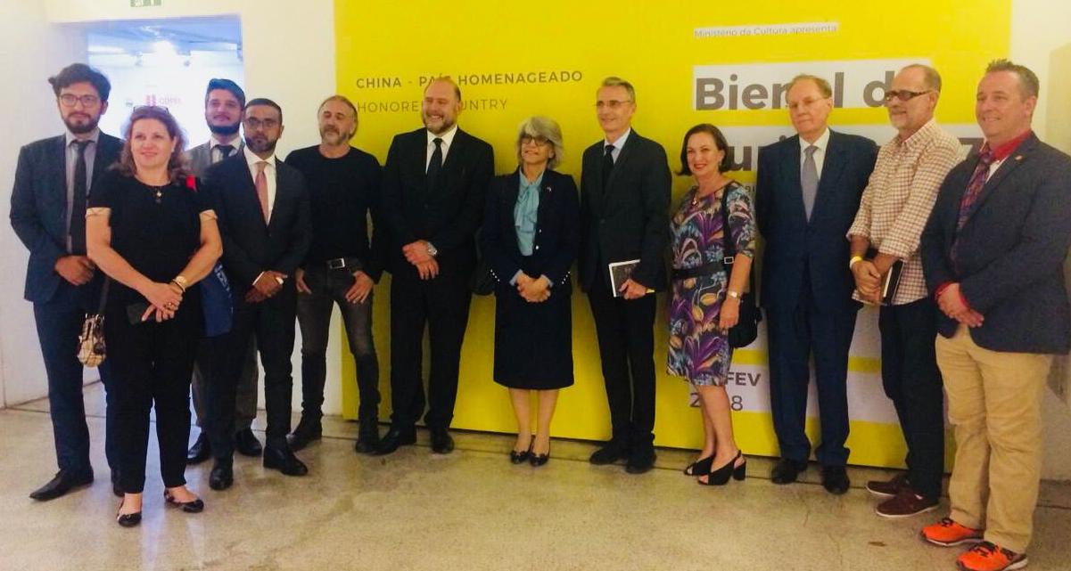 Embaixadora dos Emirados Árabes visita a Bienal de Curitiba