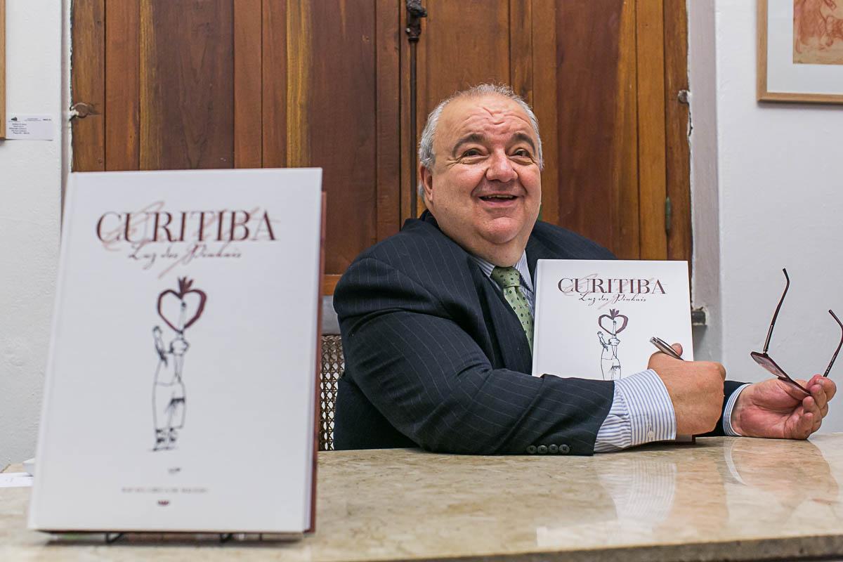 Greca lança segunda edição de livro em homenagem a Curitiba