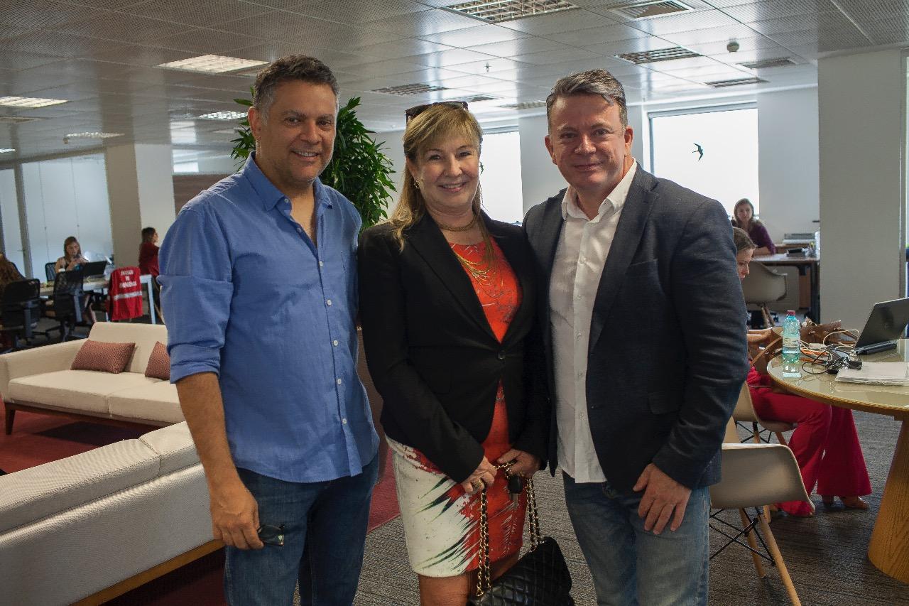 A advogada Sonia Birskis com o artista Eleutherio Netto e Eliseu Portugal.