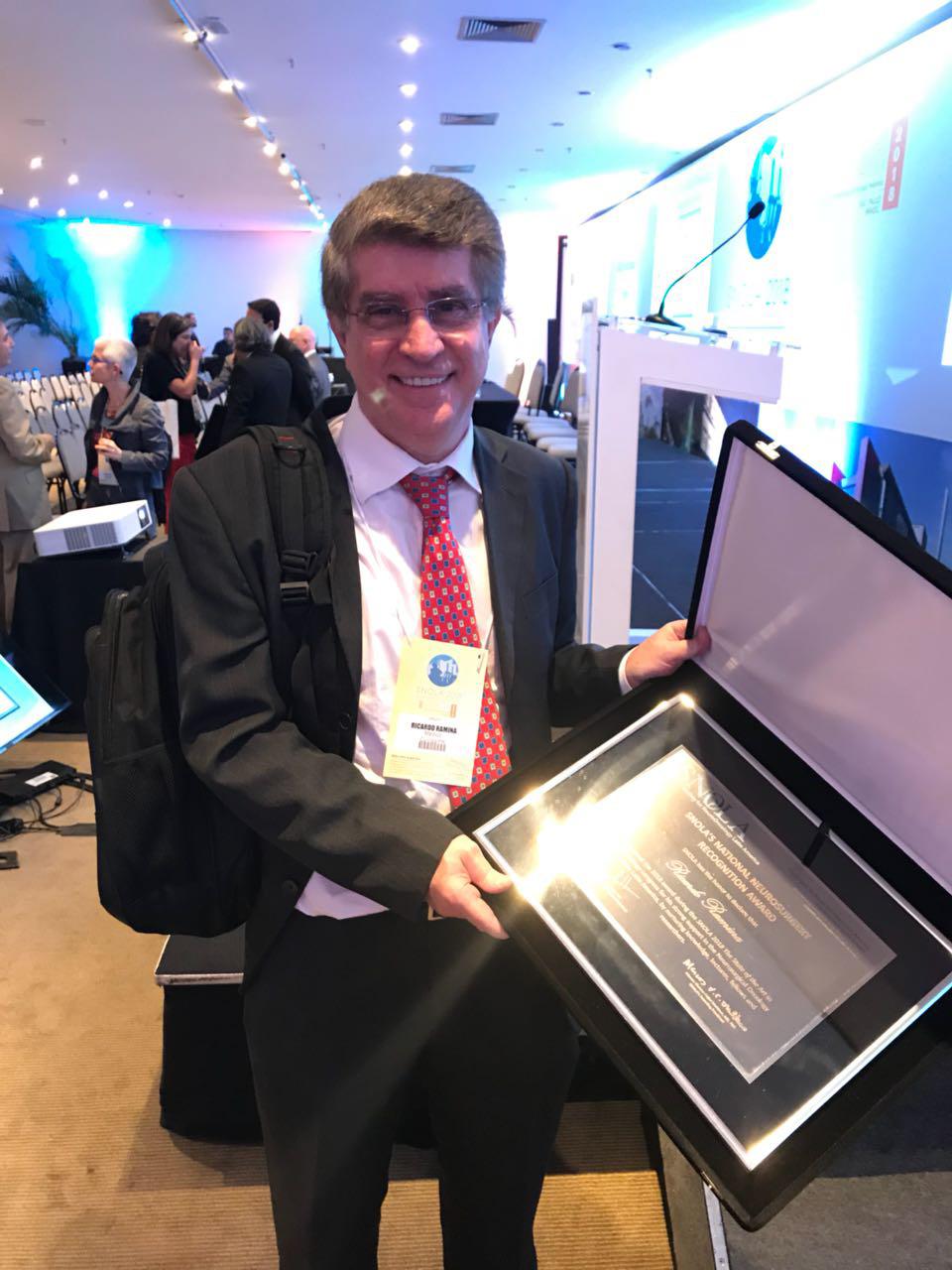 O médico Ricardo Ramina, chefe do Serviço de Neurocirurgia do Instituto de Neurologia de Curitiba – Hospital INC, com o SNOLA Awards.