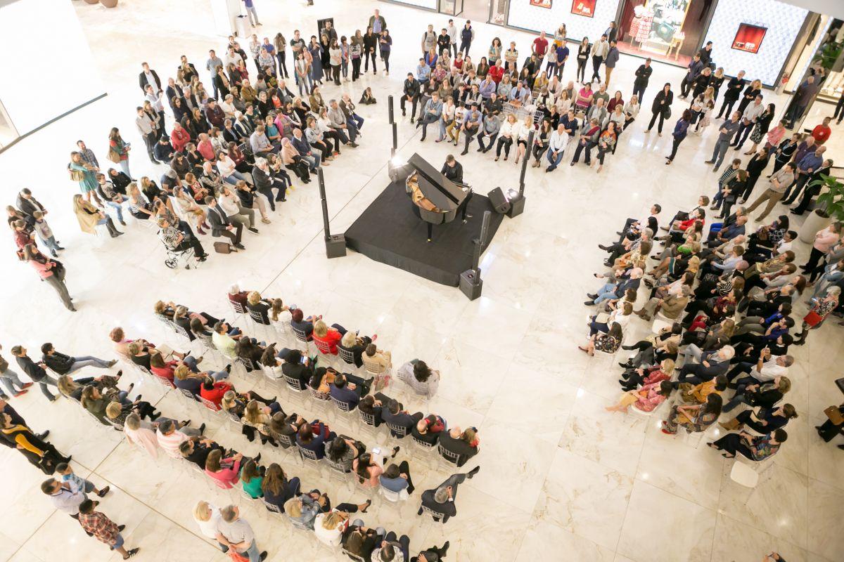 Estefan Iatcekiw, pianista prodígio de 14 anos, encanta o público no Pátio Batel