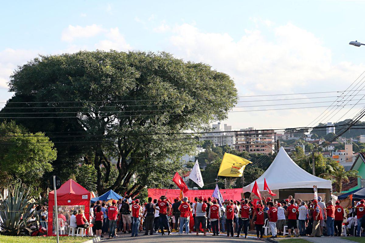 Com camiseta do MST, professora da UTFPR sugere em sala de aula que alunos visitem acampamento pró-Lula em Curitiba