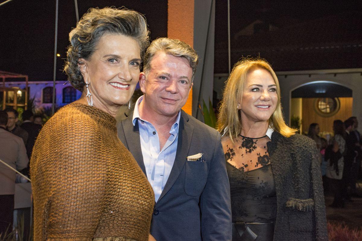 O médico Eliseu Portugal com a diretora da Casa Cor Paraná, Marina Nessi (à. esq.), e a empresária Clemilda Thomé, uma das patronesses do evento, que anunciou uma doação de R$ 100 mil durante a festa. Foto: Nay Klyn / Gazeta do Povo.