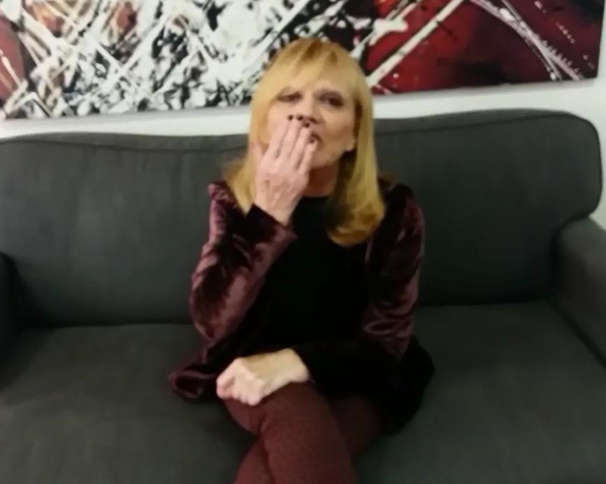 Rita Pavone convida curitibanos a assistir seu show no Positivo
