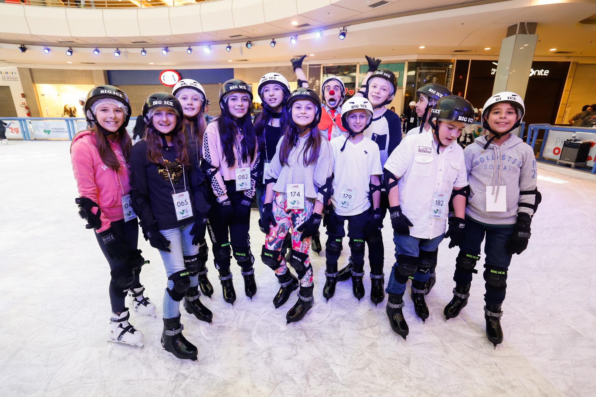 Rafa Gomes deslancha na carreira e patina no gelo com amigos