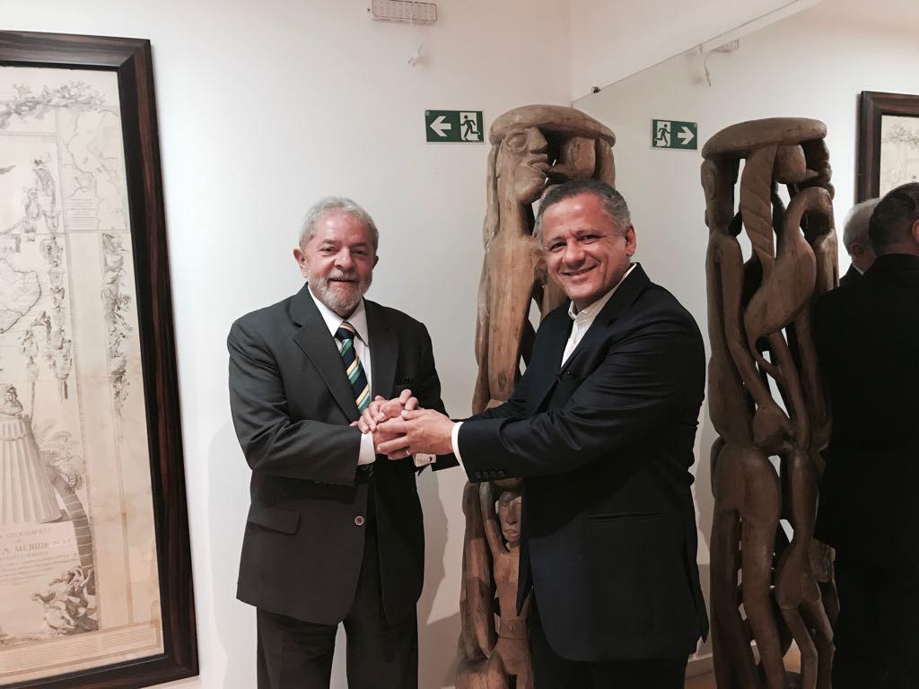Lula está bem-humorado e confiante na candidatura a presidente, diz advogado que esteve com ele na PF