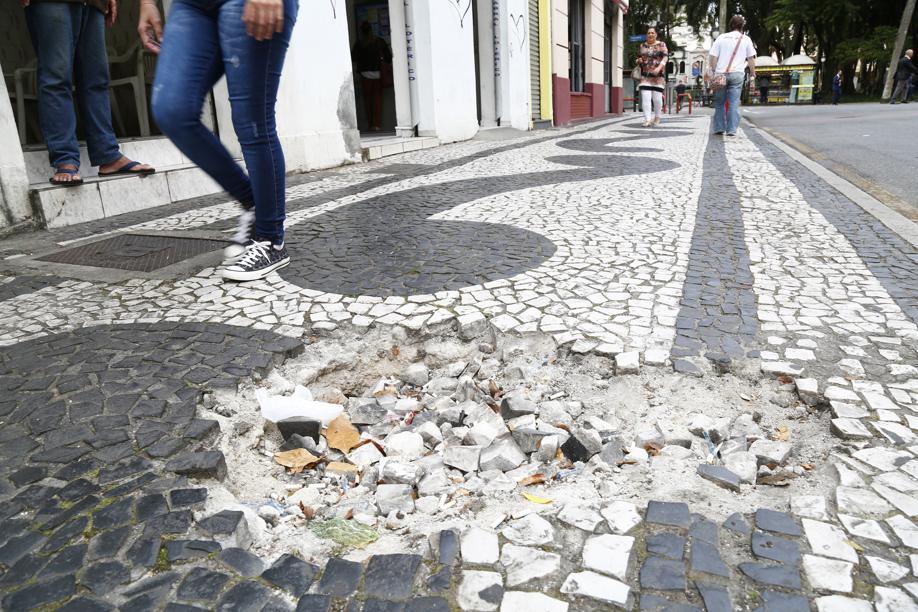 Ex-bailarina cai em calçada mal conservada, desmaia e pede atenção de Greca