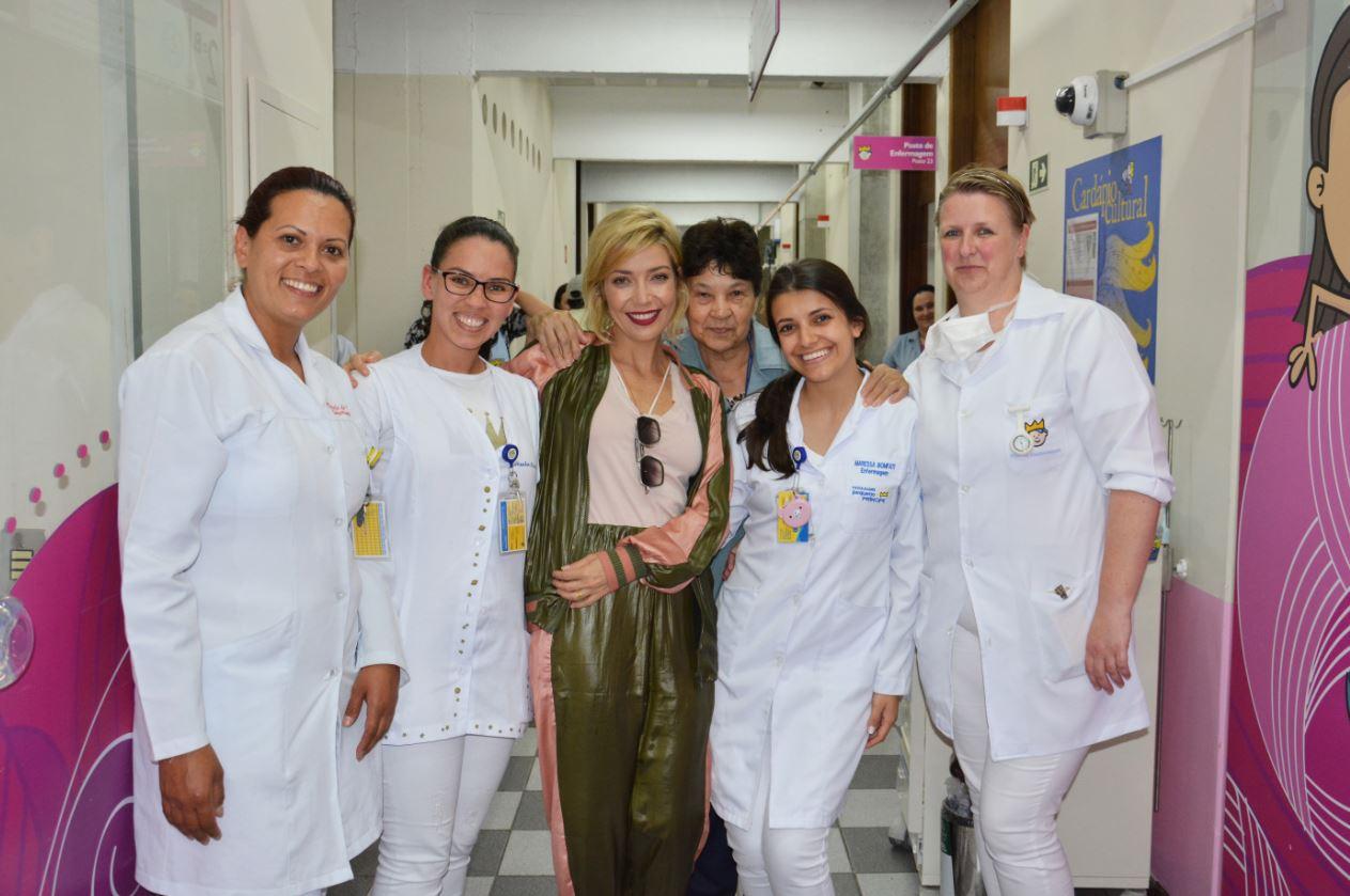 Cantora doa lista de seu casamento a hospital infantil de Curitiba