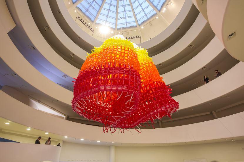 Pátio Batel comemora cinco anos com exposição de escultura formada por milhares de balões