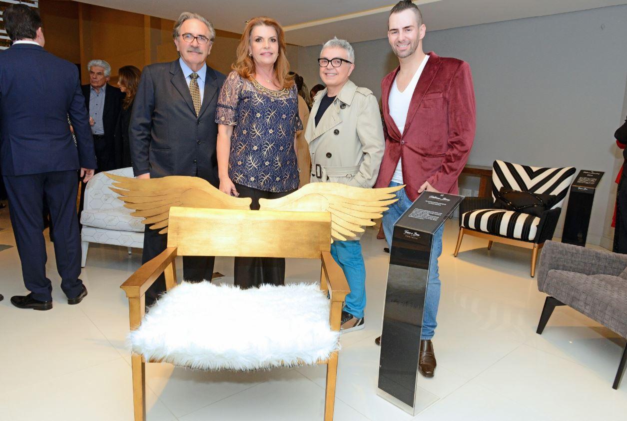 O casal Suely e José Lucio Glomb (à esq.) foi homenageado com uma poltrona pelo arquiteto Luiz Maganhoto e pelo designer Daniel Casagrande.