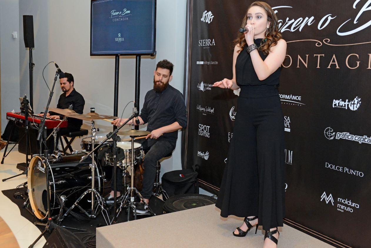 A cantora Fran Rosas, uma das homenageadas, fez um pocket show no evento.