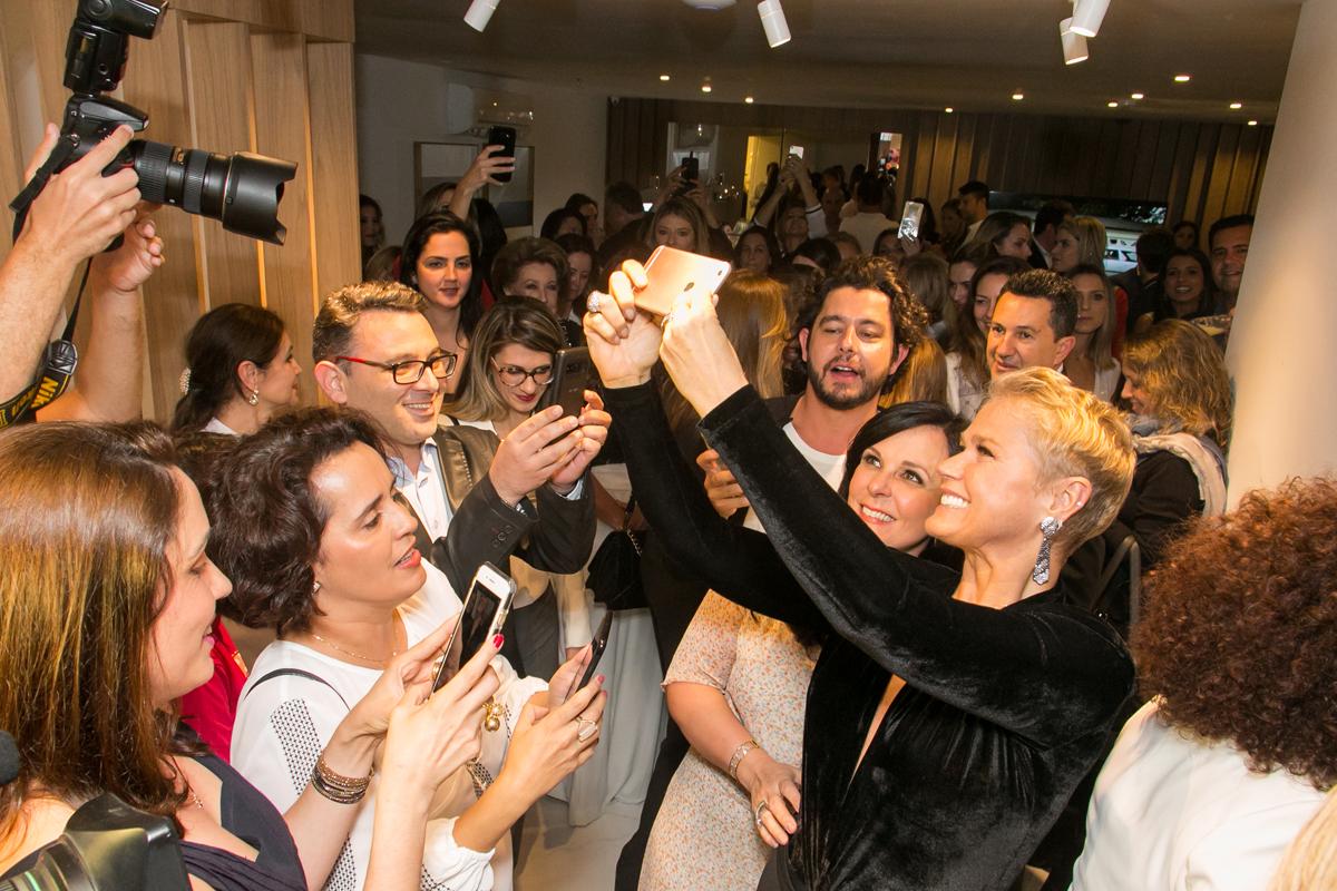 Xuxa agita inauguração de clínica de amiga em Curitiba