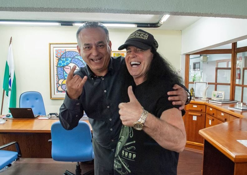 Ex-AC/DC, Dave Evans visita Hospital Erasto Gaertner