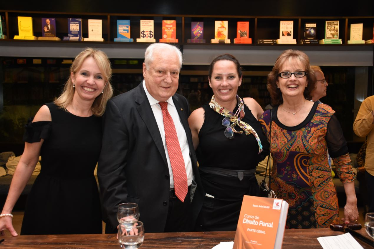 René Dotti faz concorrido lançamento jurídico na Livraria da Vila