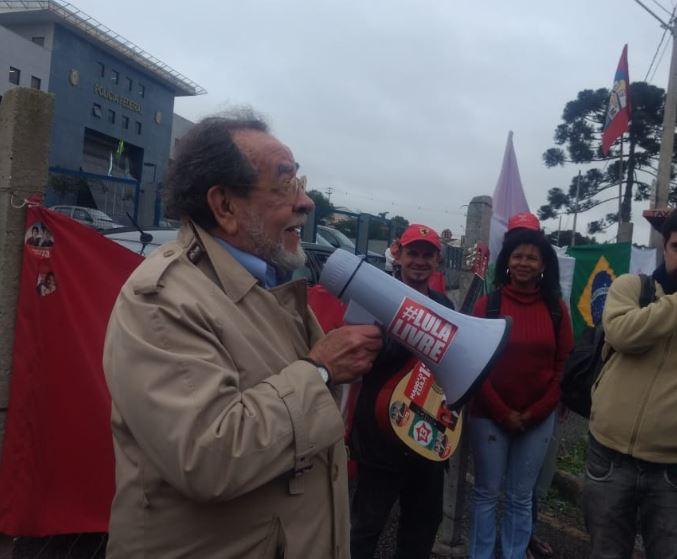 Fernando Morais, biógrafo de Lula, visita-o na prisão em Curitiba