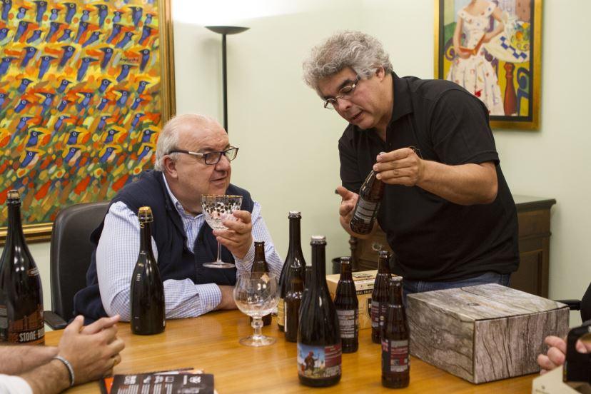 Greca toma cervejas em seu gabinete, mas não é o que você está pensando