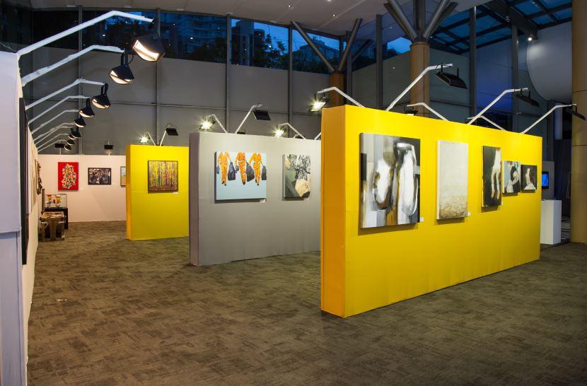 A sala de exposições do 25º Salão Curitibano de Artes Visuais.