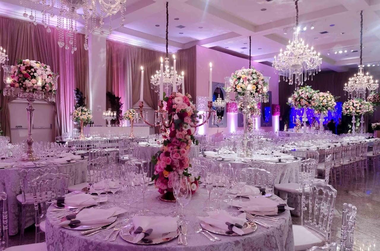 O salão estava elegantemente decorado.