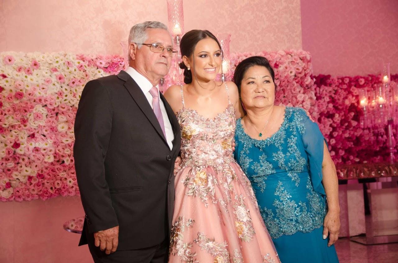 A aniversariante com os avós maternos, Osvaldo Mendes de Azevedo e Luzia Saito de Azevedo.