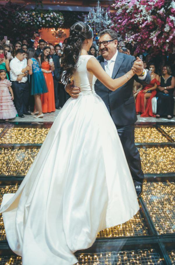 O apresentador Ratinho dançou a valsa com a neta.