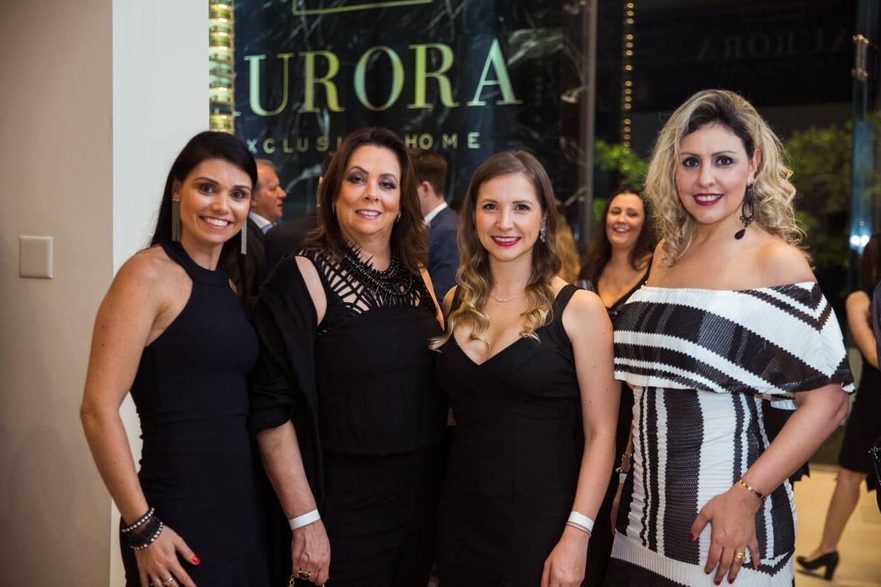 A catarinense Fernanda Sampaio ao lado das paranaenses Vera Parucker, Daniele Cosechen e Thais Cury.