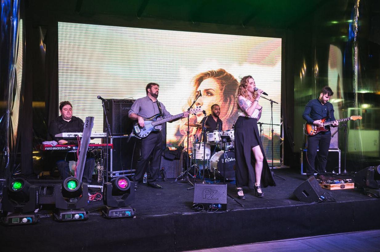 A festa contou com um show ao vivo.
