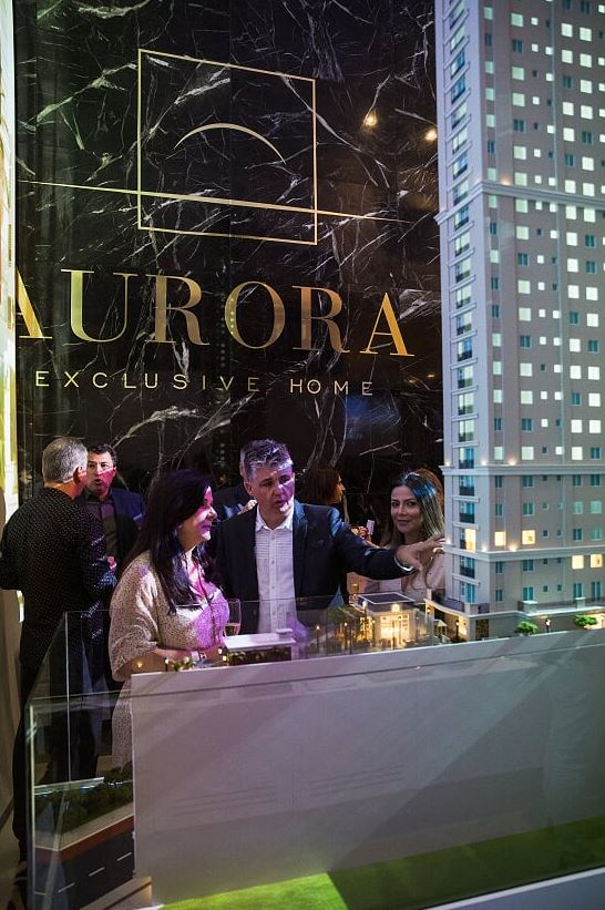 Convidados conferem a maquete do Aurora Exclusive Home.