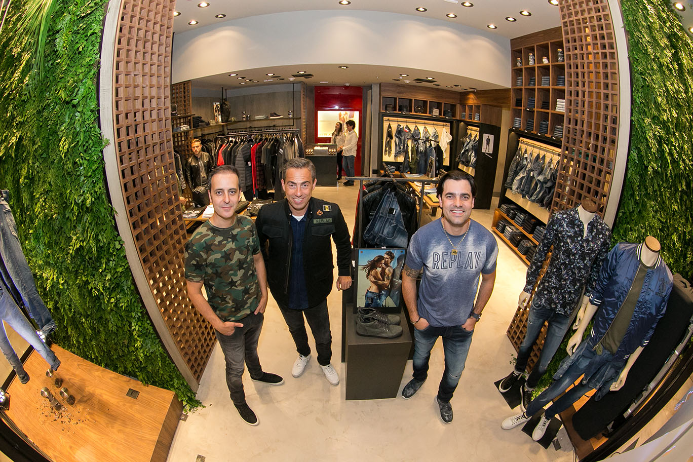 Os irmãos Rodrigo e kristofer Florenzano (nas pontas), franqueados da Replay, com o CEO da Replay, Alexandre Brett.