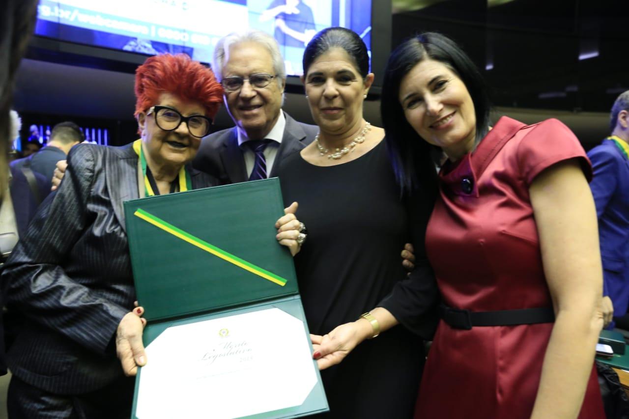 A homenageada com o marido, Luiz Forte Netto, e as filhas Tatiana Forte e Patrícia Forte Rauli.  Fotos: Paulo de Negreiros