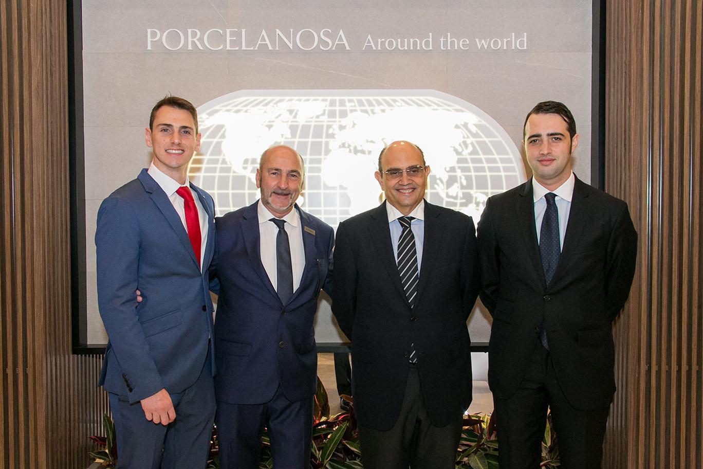 O sócio-diretor da Porcelanosa Brasil, Fernando Marinelli, e seu pai, Nelson Marinelli, Silvestre Segarra e seu filho e diretor do grupo, José María Segarra.